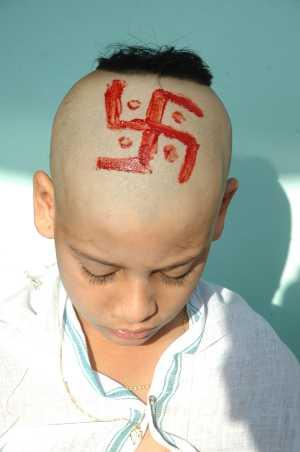 Swastik on head 2 स्वास्तिक चिन्ह जिसको जर्मनी मनहूस और शैतानी ख़ूनी श्रापित मान कर 2007 मे पूरे यूरोप में बैन करने की कोशिश की ।